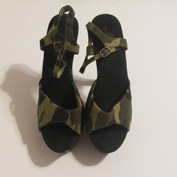 Ellie Shoes - Ellie camouflage platform 6in heels.